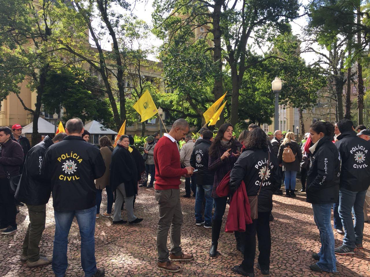 Protesto de servidores do RS denuncia 31º mês de atraso nos salários. Estamos na luta contra o desmonte do estado!
