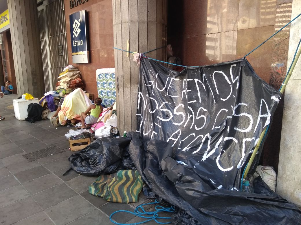 Vereadora Fernanda Melchionna busca solucionar caso de famílias sem moradia e acampadas há 10 dias em frente à Prefeitura