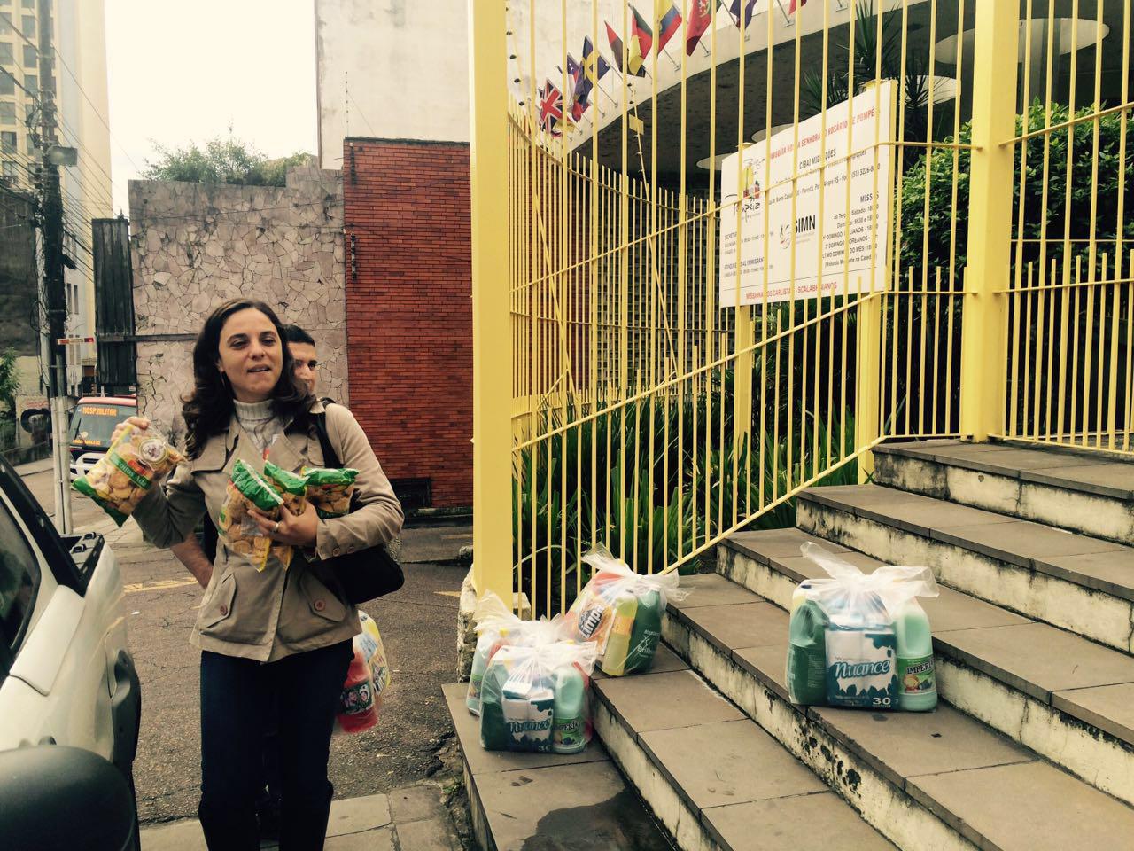 Verª Fernanda Melchionna faz doação de alimentos a imigrantes com o valor da reposição salarial dos vereadores