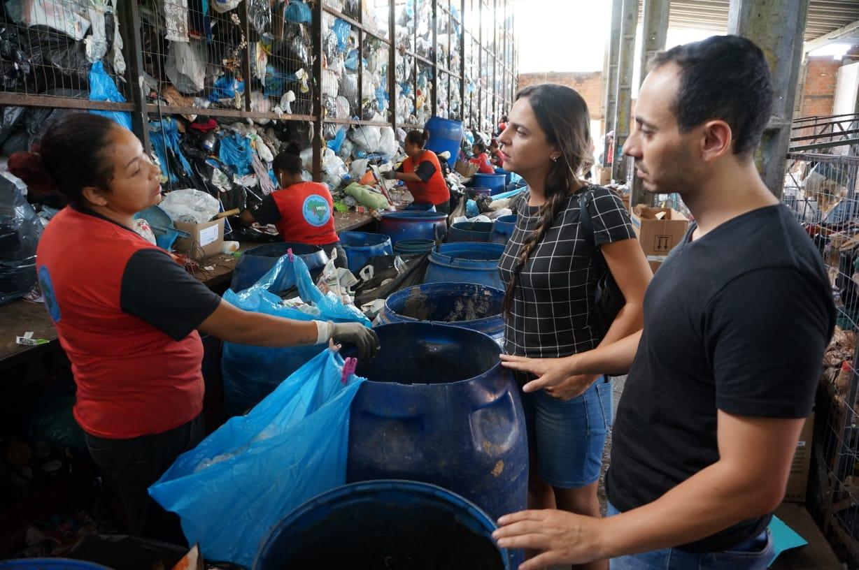 Fernanda discute gestão de resíduos com catadores de materiais recicláveis em atividade de pré-campanha a prefeita
